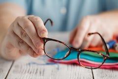Ζωηρόχρωμα ράβοντας νήματα στα στροφία με τη βελόνα Στοκ φωτογραφίες με δικαίωμα ελεύθερης χρήσης