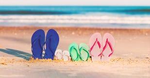 Ζωηρόχρωμα σανδάλια στην παραλία Στοκ Εικόνες