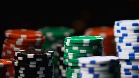 Ζωηρόχρωμα σημεία τυχερού παιχνιδιού που γυρίζουν γύρω στο βάθρο, τζακ ποτ χαρτοπαικτικών λεσχών, κινηματογράφηση σε πρώτο πλάνο φιλμ μικρού μήκους
