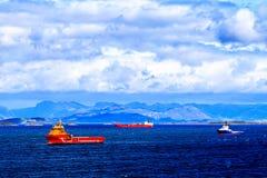 Ζωηρόχρωμα σκάφη φορτίου στη Βόρεια Θάλασσα Στοκ Εικόνες