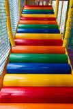 Ζωηρόχρωμα σκαλοπάτια στο σπίτι παιχνιδιού παιδιών για τα παιδιά για να αναρριχηθούν επάνω Στοκ Εικόνες
