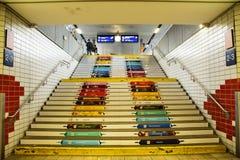 Ζωηρόχρωμα σκαλοπάτια τέχνης για τους ανθρώπους επιβατών που περπατούν πάνω-κάτω Στοκ Εικόνες