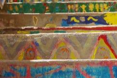 Ζωηρόχρωμα σκαλοπάτια ενός σχολείου σε Bonifacio, με τα σχέδια που γίνονται κοντά Στοκ φωτογραφία με δικαίωμα ελεύθερης χρήσης