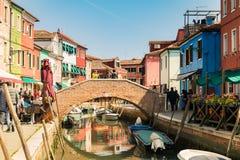 Ζωηρόχρωμα σπίτια από το κανάλι σε Burano, Βενετία, Ιταλία Στοκ Φωτογραφία
