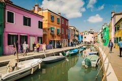 Ζωηρόχρωμα σπίτια από το κανάλι σε Burano, Βενετία, Ιταλία Στοκ Φωτογραφίες