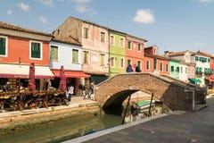 Ζωηρόχρωμα σπίτια από το κανάλι σε Burano, Βενετία, Ιταλία Στοκ φωτογραφία με δικαίωμα ελεύθερης χρήσης