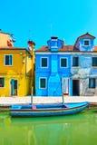 Ζωηρόχρωμα σπίτια από το κανάλι σε Burano Στοκ εικόνα με δικαίωμα ελεύθερης χρήσης