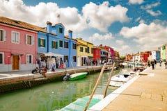 Ζωηρόχρωμα σπίτια από το κανάλι σε Burano, Βενετία, Ιταλία Στοκ εικόνες με δικαίωμα ελεύθερης χρήσης