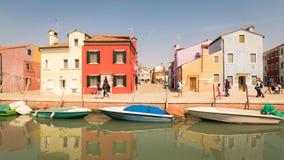 Ζωηρόχρωμα σπίτια από το κανάλι σε Burano, Βενετία, Ιταλία Στοκ Εικόνα