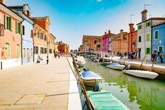 Ζωηρόχρωμα σπίτια από το κανάλι σε Burano, Βενετία, Ιταλία Στοκ εικόνα με δικαίωμα ελεύθερης χρήσης