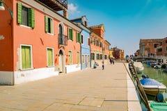 Ζωηρόχρωμα σπίτια από το κανάλι σε Burano, Βενετία, Ιταλία Στοκ φωτογραφίες με δικαίωμα ελεύθερης χρήσης