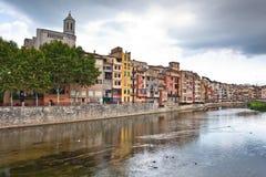 Ζωηρόχρωμα σπίτια και διαμερίσματα Girona Στοκ Φωτογραφία