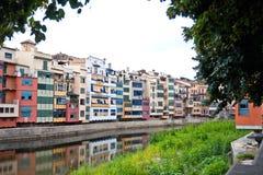 Ζωηρόχρωμα σπίτια και διαμερίσματα Girona Στοκ εικόνα με δικαίωμα ελεύθερης χρήσης