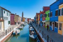 Ζωηρόχρωμα σπίτια και κανάλι στο νησί Burano, Βενετία, Ιταλία Στοκ εικόνα με δικαίωμα ελεύθερης χρήσης