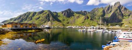 Ζωηρόχρωμα σπίτια και λιμάνι στο νησί Vestvagoya σε Lofoten στη Νορβηγία στοκ εικόνες