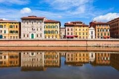 Ζωηρόχρωμα σπίτια, προκυμαία ποταμών Arno στοκ εικόνες