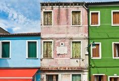 Ζωηρόχρωμα σπίτια στην Ιταλία Στοκ Φωτογραφίες