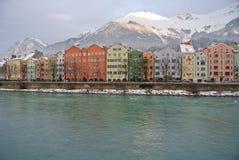 Ζωηρόχρωμα σπίτια στην όχθη ποταμού πανδοχείων στο Ίνσμπρουκ Αυστρία Στοκ εικόνα με δικαίωμα ελεύθερης χρήσης