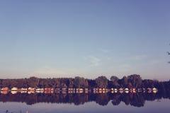 Ζωηρόχρωμα σπίτια στη λίμνη Στοκ Φωτογραφία