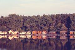 Ζωηρόχρωμα σπίτια στη λίμνη Στοκ Εικόνα