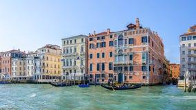 Ζωηρόχρωμα σπίτια στο μεγάλο κανάλι στη Βενετία Στοκ Φωτογραφία