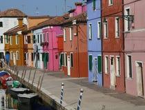Ζωηρόχρωμα σπίτια στο νησί Burano κοντά στη Βενετία και τις βάρκες Στοκ Εικόνες