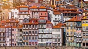 Ζωηρόχρωμα σπίτια του Πόρτο Ribeira, παραδοσιακές προσόψεις, παλαιός πολυ Στοκ Εικόνες