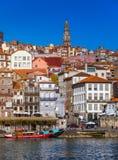 Ζωηρόχρωμα σπίτια του Πόρτο Ribeira, παραδοσιακές προσόψεις, παλαιός πολυ Στοκ Φωτογραφίες