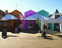 Ζωηρόχρωμα σπίτια το καλοκαίρι στοκ φωτογραφίες με δικαίωμα ελεύθερης χρήσης