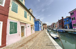 Ζωηρόχρωμα σπίτια Burano - νησιά της Βενετίας - της Ιταλίας Στοκ Φωτογραφίες