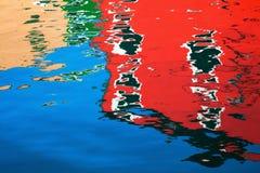Ζωηρόχρωμα σπίτια Burano που απεικονίζει στο νερό Στοκ φωτογραφίες με δικαίωμα ελεύθερης χρήσης