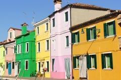 Ζωηρόχρωμα σπίτια Burano στο νησί, Βενετία Στοκ εικόνα με δικαίωμα ελεύθερης χρήσης