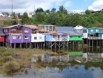 Ζωηρόχρωμα σπίτια palafotos στις στήλες woodel στο νησί chiloe στοκ φωτογραφία