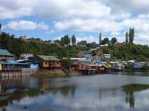 Ζωηρόχρωμα σπίτια palafotos στις στήλες woodel στο νησί chiloe στοκ φωτογραφίες