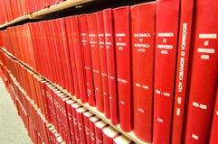 Ζωηρόχρωμα συνδεδεμένα δέρμα βιβλία σε μια ιατρική βιβλιοθήκη Στοκ φωτογραφία με δικαίωμα ελεύθερης χρήσης
