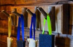 Ζωηρόχρωμα σφουγγάρια που κρεμούν στον ξύλινο γάντζο Στοκ φωτογραφία με δικαίωμα ελεύθερης χρήσης