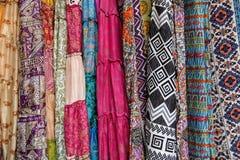 Ζωηρόχρωμα σχέδια υφάσματος στην αγορά Arambol, Goa, Ινδία Στοκ εικόνες με δικαίωμα ελεύθερης χρήσης