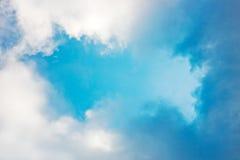 Ζωηρόχρωμα σύννεφα σε έναν ουρανό Στοκ εικόνες με δικαίωμα ελεύθερης χρήσης