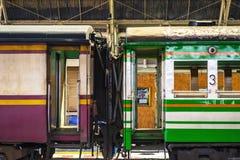 Ζωηρόχρωμα ταϊλανδικά αυτοκίνητα τραίνων στοκ φωτογραφία με δικαίωμα ελεύθερης χρήσης