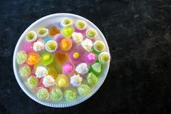 Ζωηρόχρωμα ταϊλανδικά επιδόρπια που γίνονται από τα συστατικά, τη σκόνη, τη σόγια και τη ζάχαρη στοκ εικόνες
