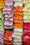 Ζωηρόχρωμα τεχνητά λουλούδια Plumeria που πωλούνται στην αγορά Jatujak, Ταϊλάνδη Στοκ Εικόνες