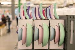 ζωηρόχρωμα τηγάνια στο κατάστημα πιάτα στο κατάστημα Στοκ εικόνες με δικαίωμα ελεύθερης χρήσης