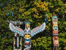 Ζωηρόχρωμα τοτέμ στο πάρκο Βανκούβερ Καναδάς του Stanley στοκ εικόνα