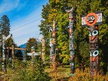 Ζωηρόχρωμα τοτέμ στο πάρκο Βανκούβερ Καναδάς του Stanley στοκ εικόνες
