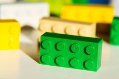 Ζωηρόχρωμα τούβλα Lego από την ομάδα Lego που απομονώνεται στο άσπρο υπόβαθρο Στοκ Φωτογραφία