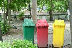 Ζωηρόχρωμα τρία ανακύκλωσης δοχεία στο πάρκο στοκ εικόνες
