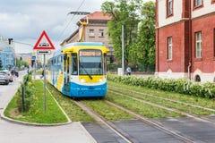 Ζωηρόχρωμα τρεξίματα τραμ στη διαδρομή τροχιοδρομικών γραμμών πέρα από την πράσινη περιοχή χλόης σε Kosice ΣΛΟΒΑΚΙΑ, μετάφραση =  στοκ φωτογραφίες