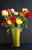 Ζωηρόχρωμα τριαντάφυλλα στο πράσινο βάζο Στοκ φωτογραφία με δικαίωμα ελεύθερης χρήσης