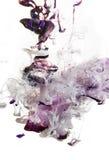 Ζωηρόχρωμα υγρά υποβρύχια βιολέτα ροδανιλίνης μίγμα με το λευκό στη ρόδινη σύνθεση χρώματος στοκ εικόνες με δικαίωμα ελεύθερης χρήσης