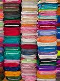 Ζωηρόχρωμα υφάσματα και κλωστοϋφαντουργικά προϊόντα στο κατάστημα Στοκ φωτογραφίες με δικαίωμα ελεύθερης χρήσης